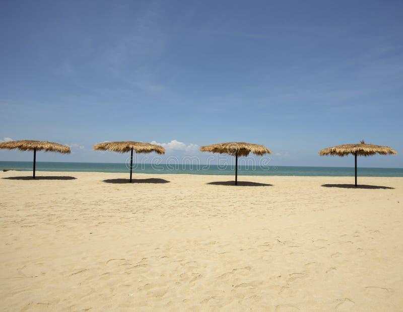 Sugrörparaply stranden för vändkretsar för sommarsemester, begrepp: Livsstil för fritidloppet, symbolturism för ön vid havet arkivfoto