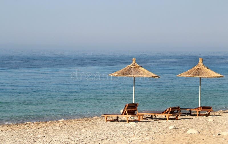 Sugrörparaplyer på stranden royaltyfria foton
