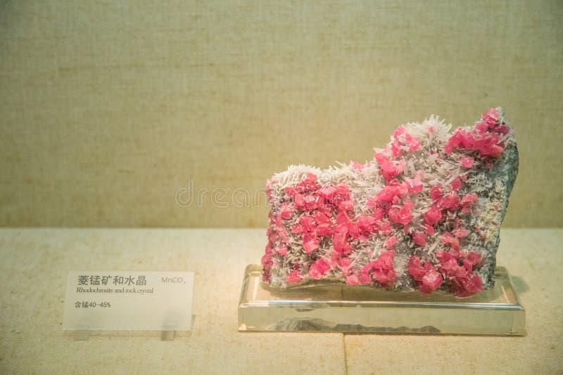 Sui manganmalm och kristall royaltyfri bild