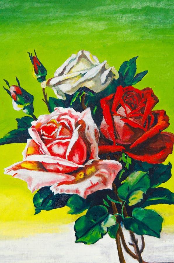 Sui precedenti verdi c'è tre rose rappresentate: rosso, rosa e bianco fotografia stock
