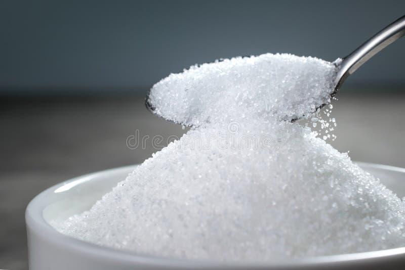 Suiker die van lepel in kom Lege klaar worden gegoten voor uw p royalty-vrije stock foto's