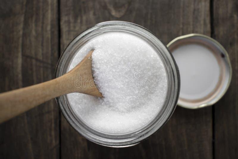 Suiker in houten lepel en glaskruik stock fotografie