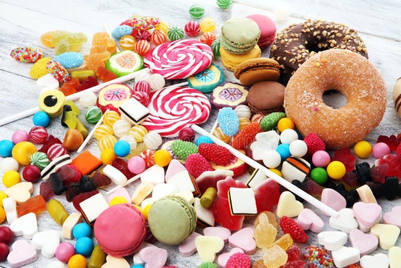 Suikergoed met gelei en suiker kleurrijke serie van verschillende childssnoepjes en traktaties royalty-vrije stock afbeeldingen