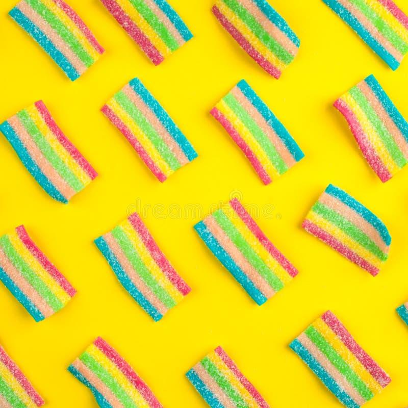 suikergoed met gelei en suikerpatroon kleurrijke serie van verschillende childssnoepjes en traktaties Heldere partijachtergrond royalty-vrije stock fotografie