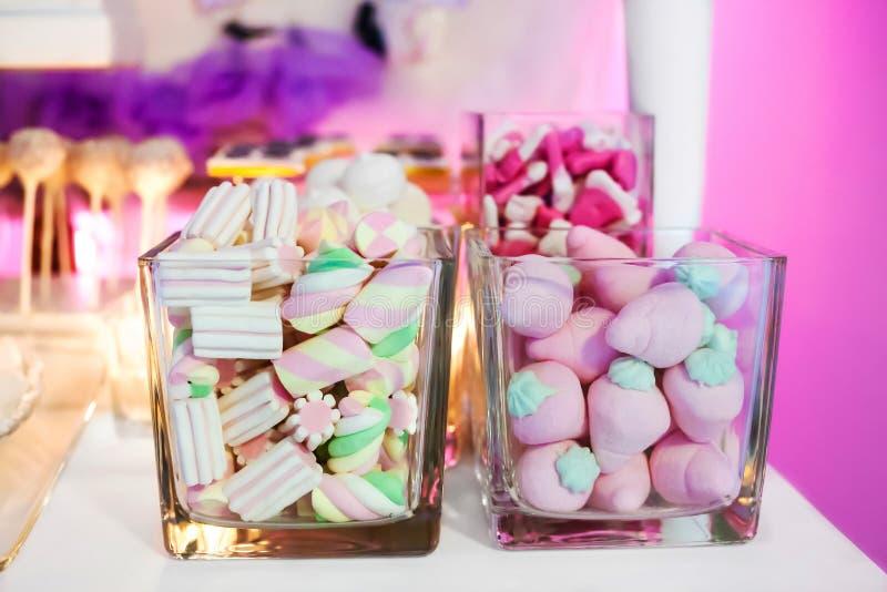 Suikergoedbar en zoet buffet stock afbeeldingen
