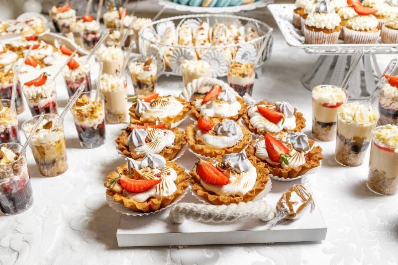Suikergoedbar Heerlijk zoet buffet met cupcakes Zoete vakantie B royalty-vrije stock foto's