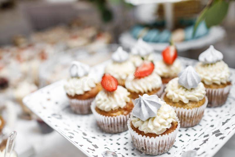 Suikergoedbar Heerlijk zoet buffet met cupcakes Zoete vakantie B stock afbeelding