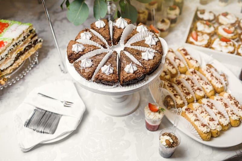 Suikergoedbar Heerlijk zoet buffet met cupcakes Zoete vakantie B royalty-vrije stock fotografie