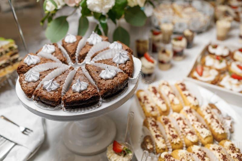 Suikergoedbar Heerlijk zoet buffet met cupcakes Zoete vakantie B stock foto