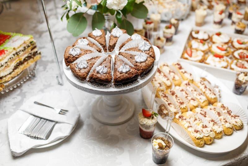 Suikergoedbar Heerlijk zoet buffet met cupcakes Zoete vakantie B stock foto's