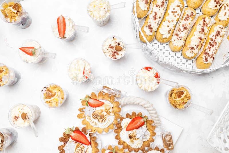 Suikergoedbar Heerlijk zoet buffet met cupcakes Zoete vakantie B royalty-vrije stock afbeelding