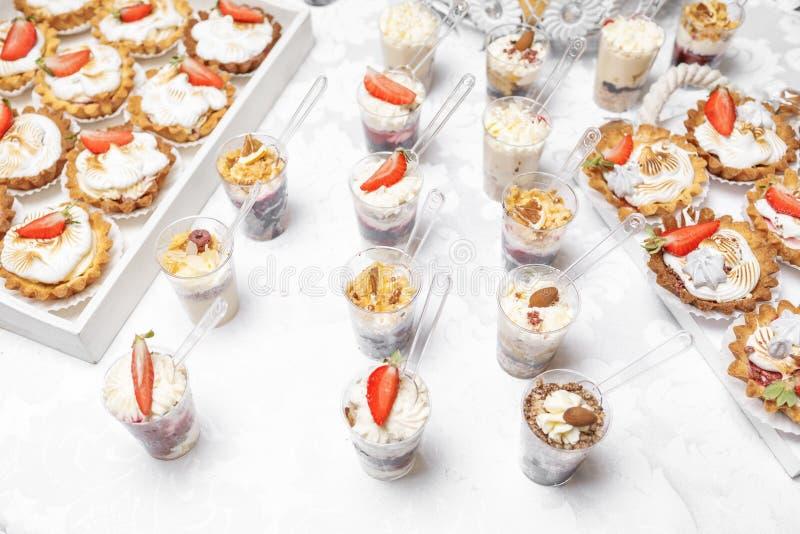 Suikergoedbar Heerlijk zoet buffet met cupcakes Zoete vakantie B stock fotografie