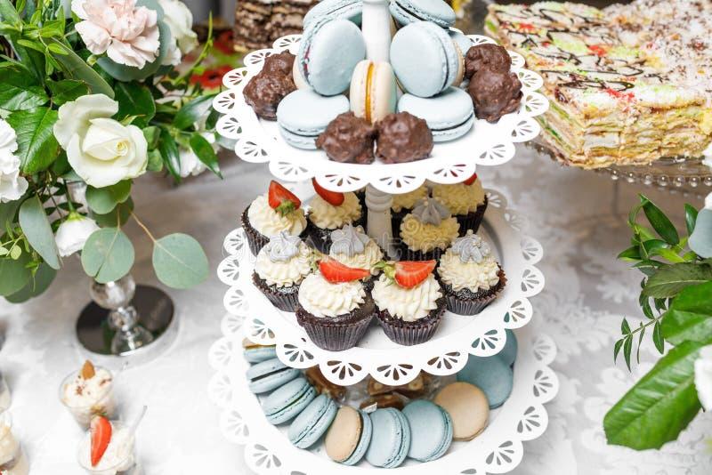 Suikergoedbar Heerlijk zoet buffet met cupcakes Zoete vakantie B stock afbeeldingen