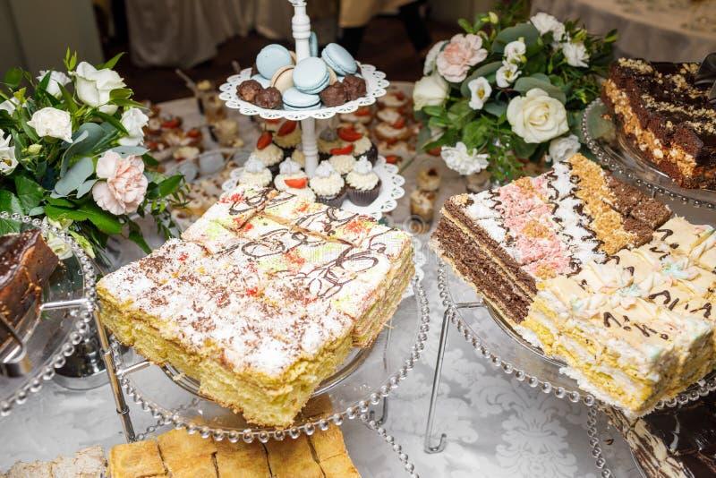 Suikergoedbar Heerlijk zoet buffet met cupcakes Zoete vakantie B royalty-vrije stock afbeeldingen
