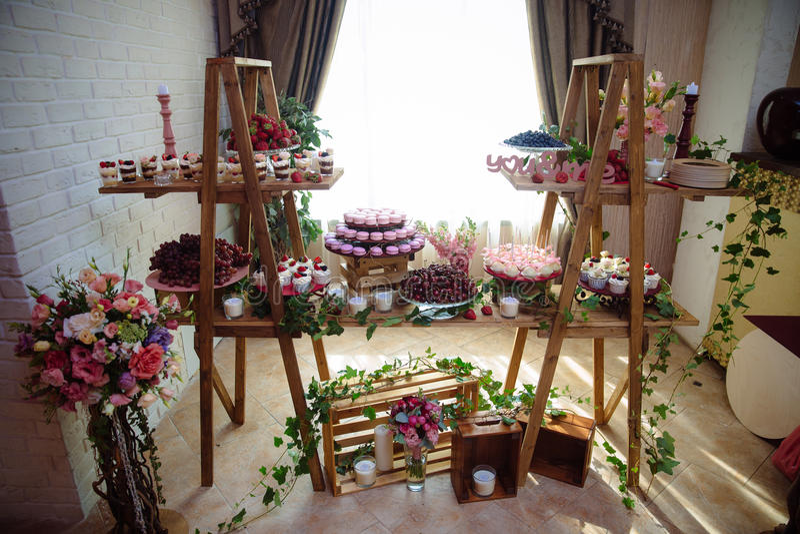 Suikergoedbar Lijst met snoepjes, buffet met cupcakes, suikergoed, dessert royalty-vrije stock foto's