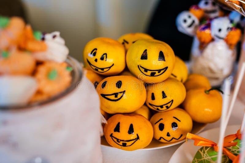 Suikergoedbar met snoepjes voor de viering van Halloween stock afbeeldingen