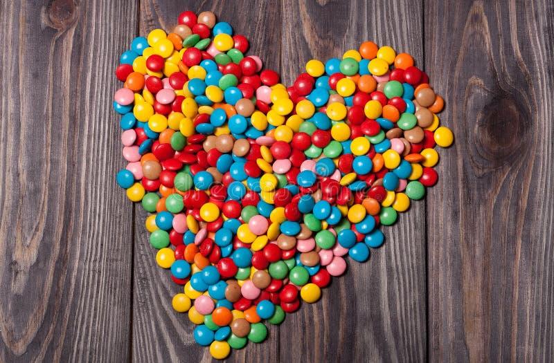 Suikergoedharten op hout, de achtergrond van de valentijnskaartendag stock fotografie