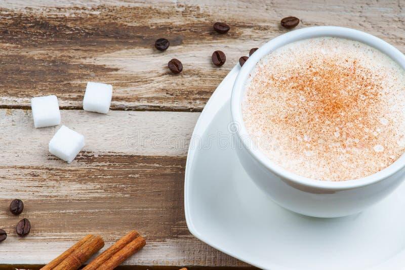 Suikerkubussen, koffiekop, koffiebonen en kaneel royalty-vrije stock afbeelding