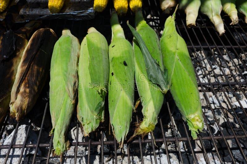 Suikermaïs op een grill stock afbeelding