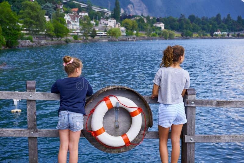 Suisse de bouée de sauvetage d'amie d'enfant de Geneve Lake Leman photographie stock libre de droits