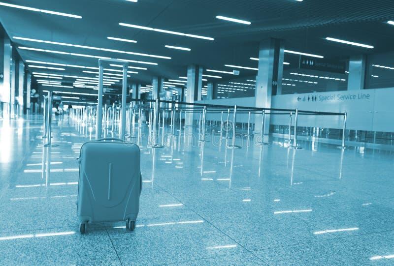 Suitcase in de wachtkamer op de luchthaven royalty-vrije stock fotografie