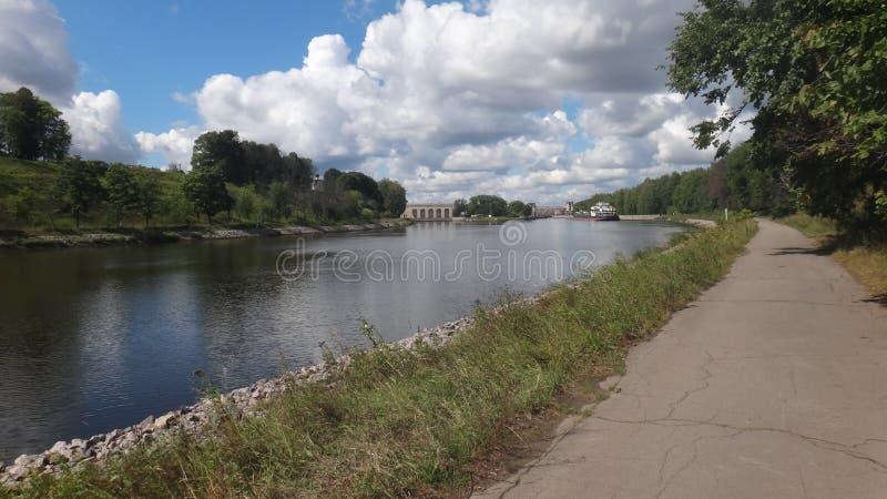 Suivez la rivière ascendante images libres de droits