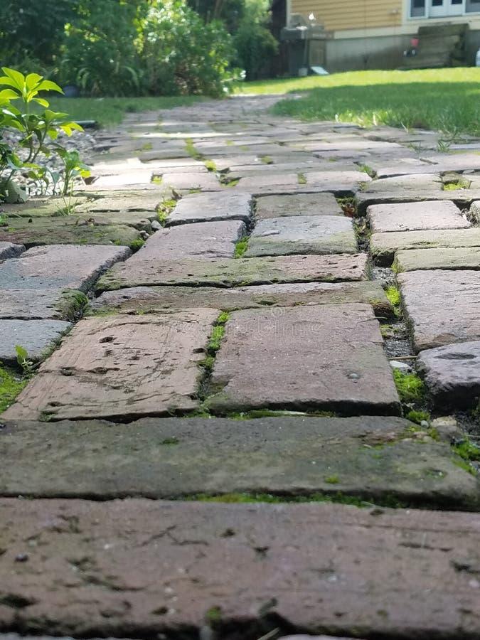 Suivez la route de brique photographie stock