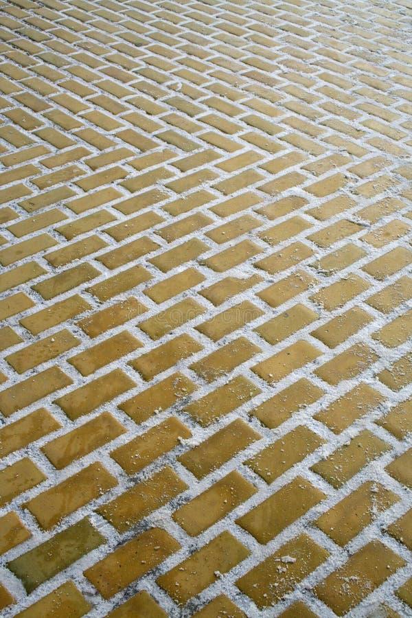Suivez la route jaune de brique images libres de droits