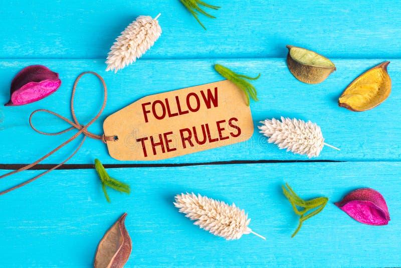 Suivez le texte de règles sur l'étiquette de papier images libres de droits