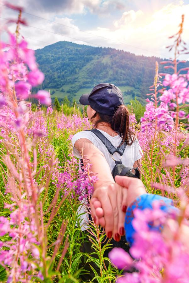 Suivez-moi dans les montagnes voyageant ensemble image libre de droits