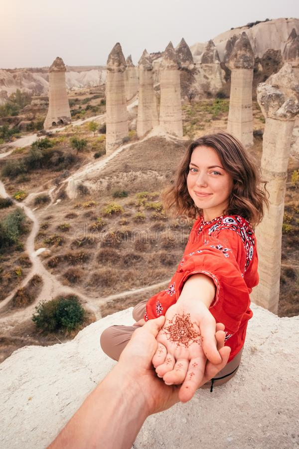 Suivez-moi pour voyager pour aimer le canyon de vallée dans Cappadocia, Turquie photos stock