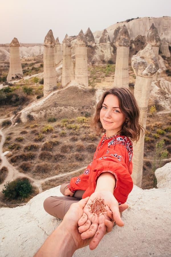 Suivez-moi pour voyager pour aimer le canyon de vallée dans Cappadocia, Turquie image libre de droits