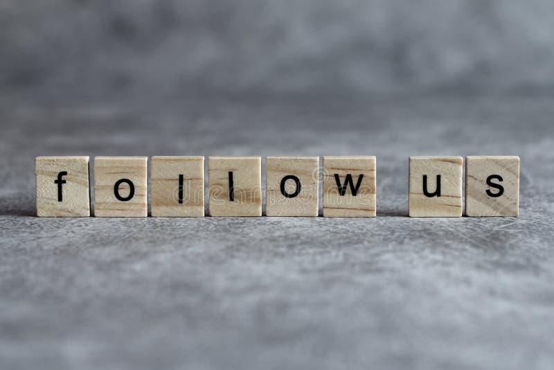 Suivez-nous mot écrit sur le cube en bois photo libre de droits