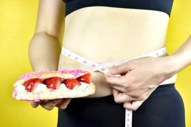 Suivez un régime l'échec, la grosse femme de poids excessif, femme d'une cinquantaine d'années avec le ventre excessif image libre de droits