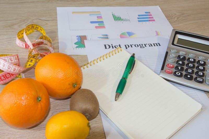 Suivez un régime le concept de petit déjeuner de perte de poids avec le ruban métrique, fruits organiques photos stock