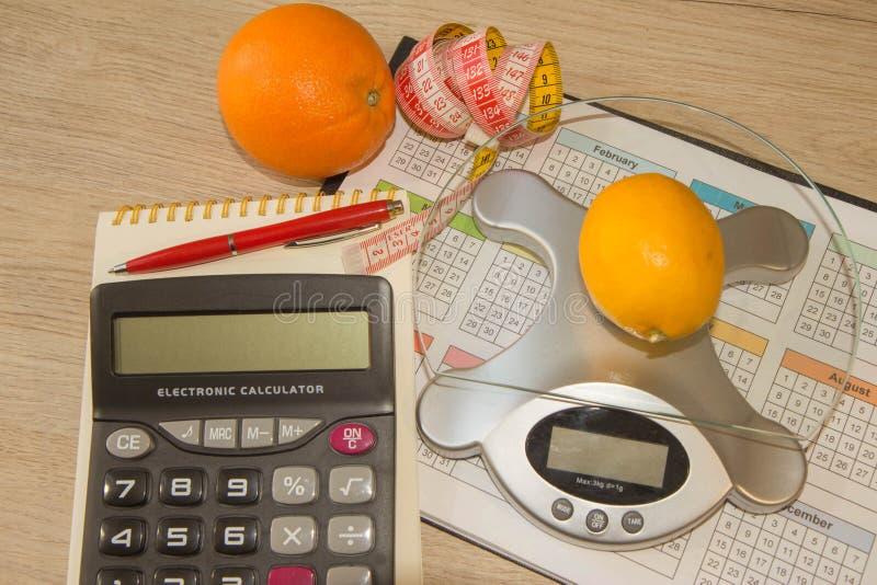 Suivez un régime le concept de petit déjeuner de perte de poids avec le ruban métrique, fruits organiques image stock