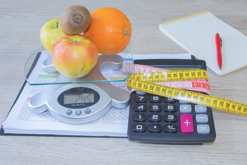 Suivez un régime le concept de petit déjeuner de perte de poids avec le ruban métrique, fruits organiques photos libres de droits