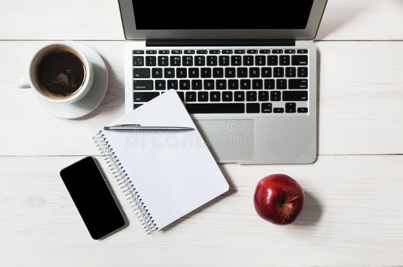 Suivez un régime le concept, seulement pomme au déjeuner d'affaires dans le bureau photos stock