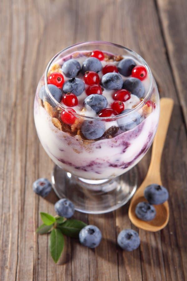 Suivez un régime le dessert avec du yaourt, la granola et les baies fraîches photographie stock