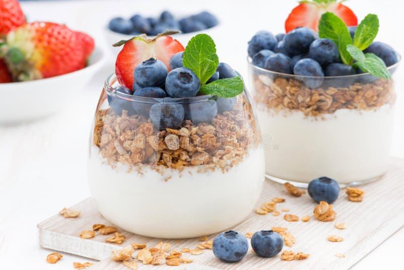 Suivez un régime le dessert avec du yaourt, le muesli et les baies fraîches, plan rapproché image stock