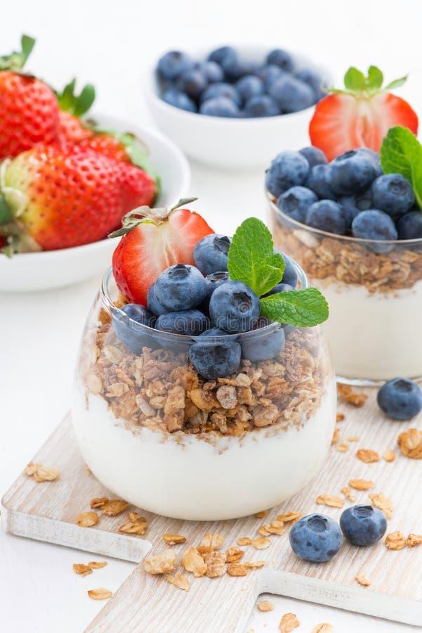 Suivez un régime le dessert avec du yaourt, le muesli et les baies fraîches, verticaux images stock