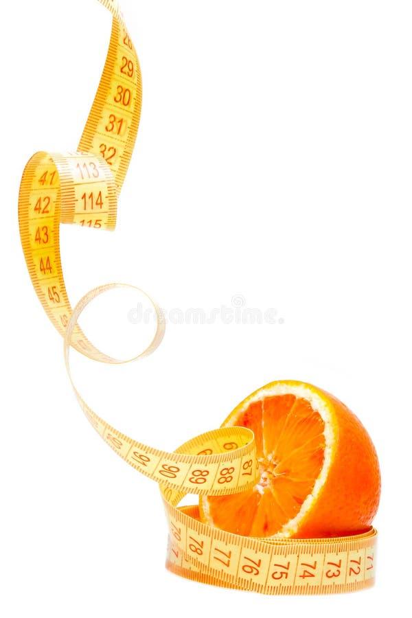 Suivez un régime, moitié orange avec le ruban métrique et espace pour le texte photo libre de droits