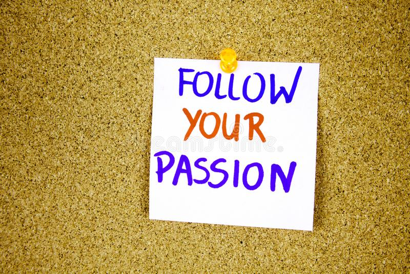 suivez votre passion sur la note collante avec l'inscription goupillée sur des babillards de liège images stock