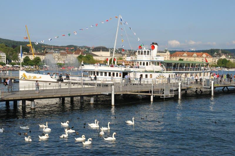 Suiza: Barco de vapor ankering en el rkliplatz del ¼ de BÃ en ricos del ¼ del lago ZÃ foto de archivo libre de regalías