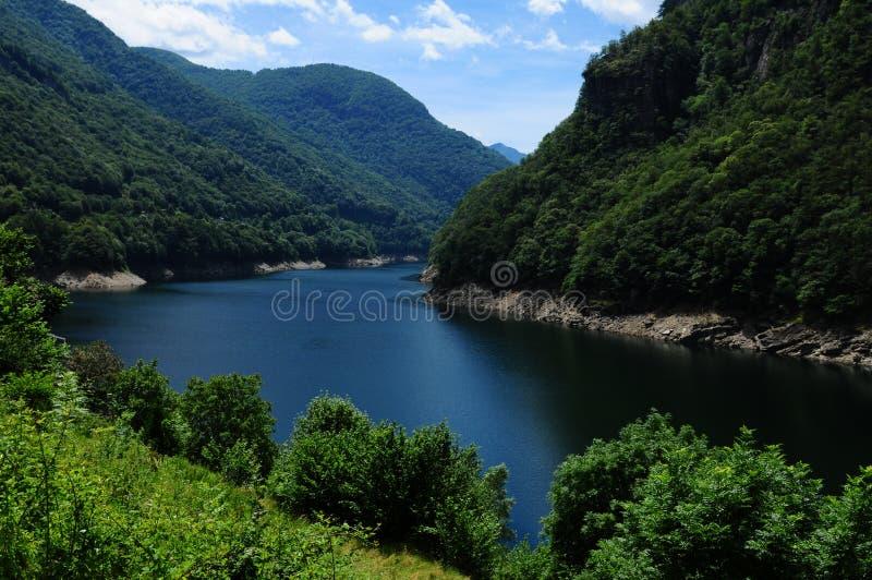 Suiza: El río y la presa del valle de Verzasca cerca de Tenero en Ti imagenes de archivo