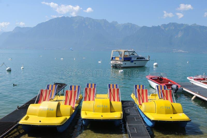 Suiza: En la lago-'promenade' de la Vevey-ciudad es un renta del barco foto de archivo