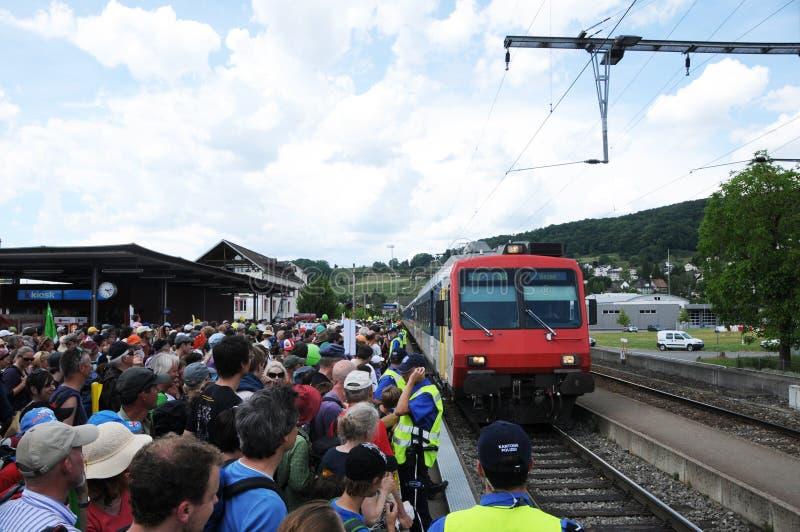 Suiza: Manifestantes antis de la energía atómica que entran en el tren público imagen de archivo libre de regalías