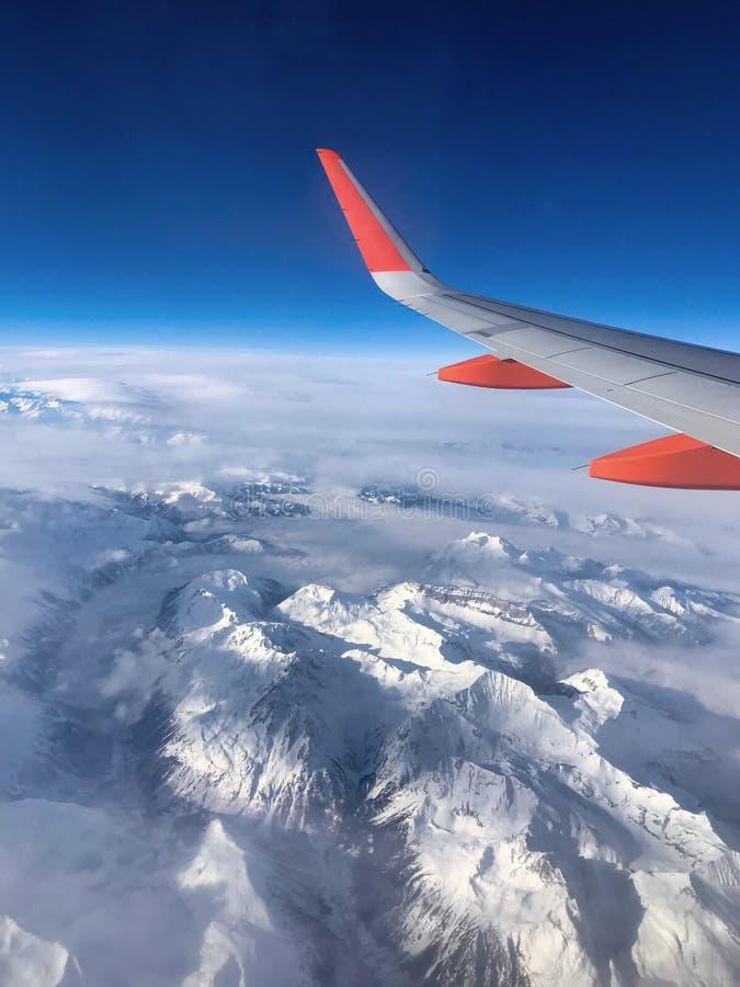 Suizos Mountain View de la ventana del aeroplano imágenes de archivo libres de regalías