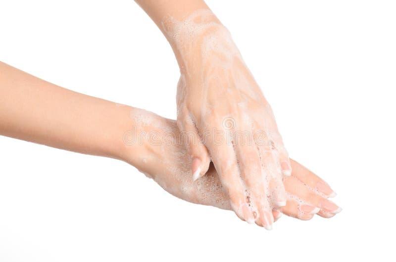 Sujet d'hygiène et de protection sanitaire : la main d'une femme dans le mousse de savon d'isolement sur le fond blanc dans le st photos libres de droits