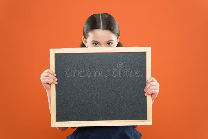 Sujet de leçon d'aujourd'hui L'information de programme d'école L'espace de copie de tableau noir de prise d'élève de fille d'éco images libres de droits
